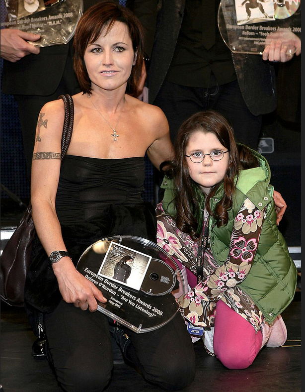 Dolores O'Riordan and her daughter Molly in 2008.png